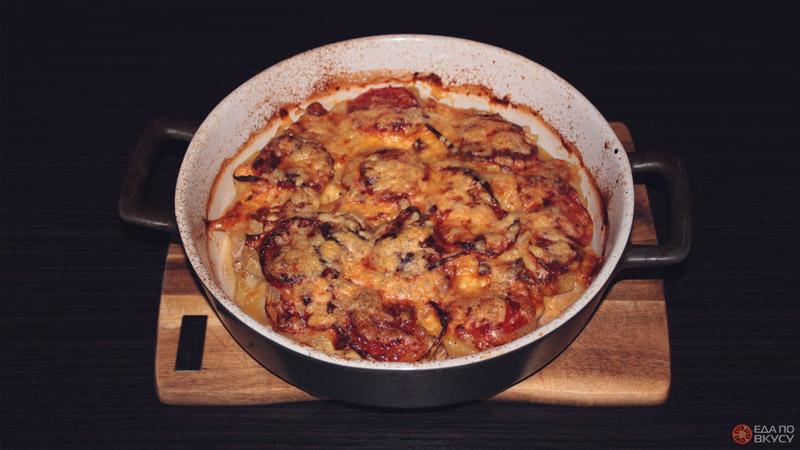 Запеченная в духовке курица с кабачком, луком и томатом