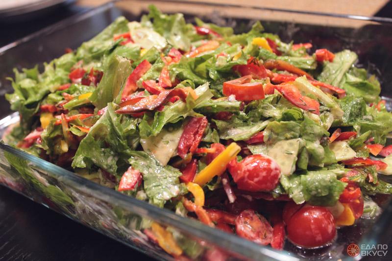 Салат из рукколы и помидорок черри