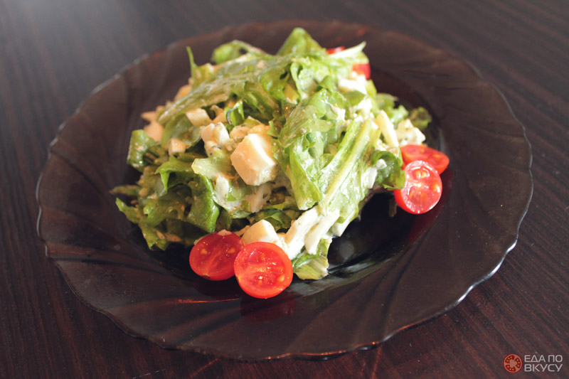 Салат с яйцом, зеленью и творожным сыром