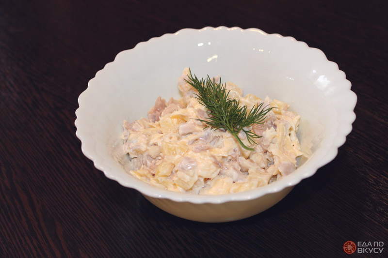 Приготовление салата с ананасом, курицей и сыром - результат